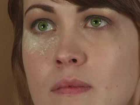 Applying Smokey Eye Makeup : Applying Under Eye Powder